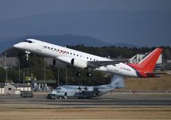 試験飛行で名古屋空港を離陸する三菱航空機の三菱スペースジェット(MSJ)=2020年3月18日、兵藤公治撮影