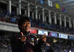 FC東京戦後、笑顔で写真撮影に応じる川崎の中村憲剛。この日、40歳の誕生日を迎えた中村は試合でもゴールを決めた=川崎・等々力陸上競技場で2020年10月31日、宮間俊樹撮影