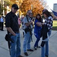 トランプ大統領を支える集まりにライフルを携えて参加する支持者=米中西部ミシガン州ランシングで2020年11月7日午後3時22分、鈴木一生撮影