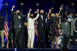 勝利演説で民衆にこたえるジョー・バイデン(中央右)次期大統領、妻ジル・バイデン(右)、副大統領のカマラ・ハリス(中央左)2020年11月7日、米デラウエア州)Bloomberg