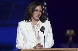 バイデンが米次期大統領候補の勝利宣言の後に微笑むカマラ・ハリス副大統領候補(2020年11月7日、米国デラウェア州ウィルミントンで行われた選挙イベント)Bloomberg