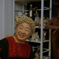 「日本人はメキシコから学ぼうって気がこれっぽっちもない」と嘆くものの、笑顔は絶やさない黒沼ユリ子さん=千葉県御宿町に建てた「ヴァイオリンの家」で