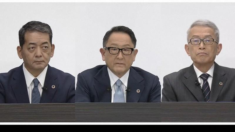 決算会見を行う豊田章男社長(中央)らトヨタ自動車の経営陣