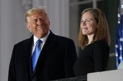 米連邦最高裁の判事に就任したエイミー・コニー・バレット氏(右)。左はトランプ米大統領=2020年10月26日、AP