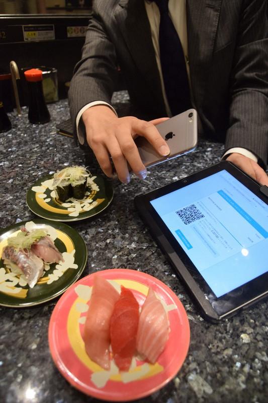 ビットコインでの支払いができるすし店。二次元コードにスマートフォンをかざすだけで決済できる=東京都中央区で、横山三加子撮影、2017年