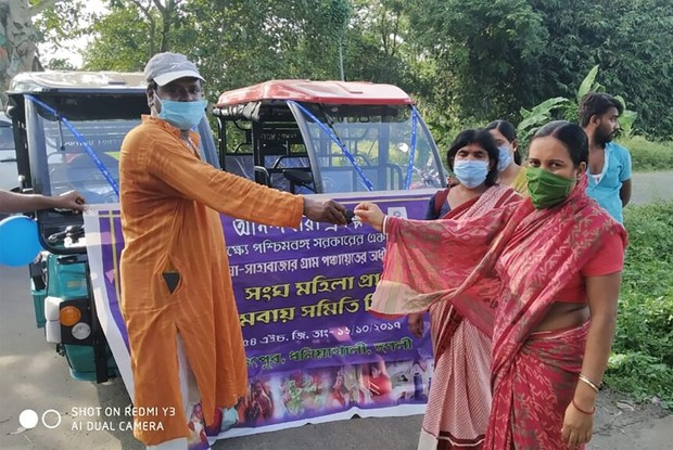 E-リキシャは女性の社会進出がすすむインドでも大きな役割を果たしている。写真は東インド農村部で地方政府が農村部の女性に寄贈