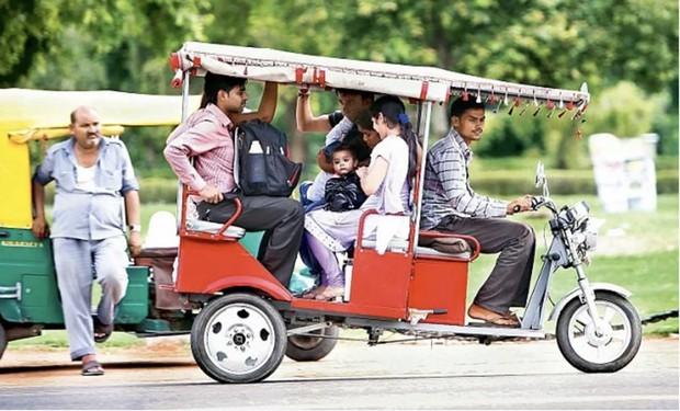 インド都市部のラストワンマイル・モビリティ、農村部での公共交通インフラ、低所得層の所得改善のツールとしてインド社会に溶け込んだテラモーターズのEリキシャ。(時速25km、航続距離は1回の充電で顧客を乗せて約80-100km)