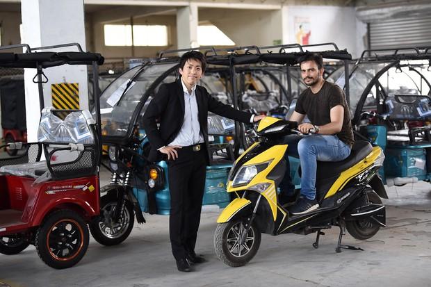 2021年度発売予定のテラモーターズのEV2輪車とテラモーターズの上田晃裕社長(東インドの組立拠点)