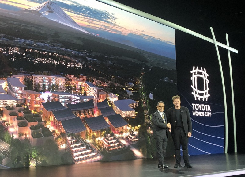 家電IT見本市CESの開幕前イベントで実験地区「ウーブン・シティ」の開発計画を発表するトヨタ自動車の豊田章男社長(左)と、都市設計を担当するデンマーク出身の著名建築家ビャルケ・インゲルス氏=米西部ラスベガスで2020年1月6日、中井正裕撮影