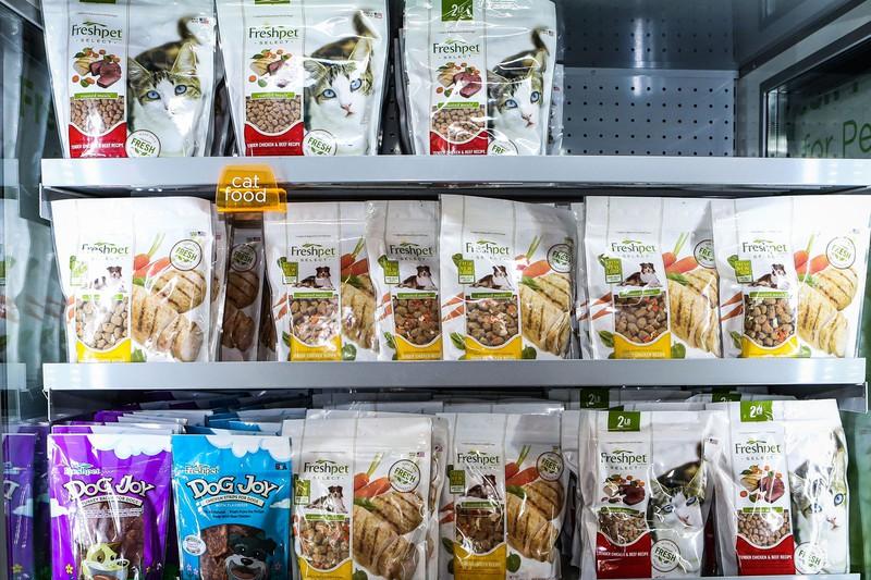 スーパーの冷蔵庫に陳列されるフレッシュペットの商品 Bloomberg