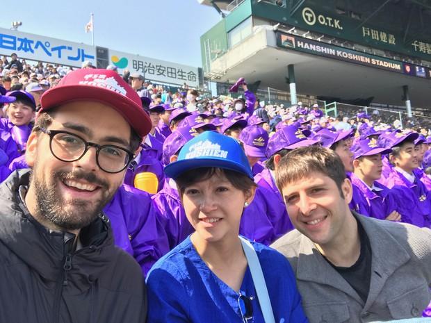 甲子園球場で撮影スタッフト写る山崎さん 日活提供