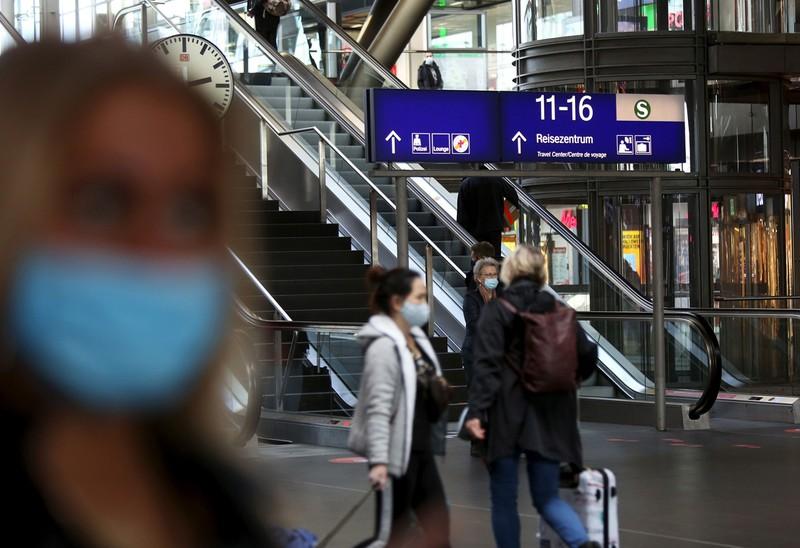 コロナの第2波が襲うドイツ。ベルリン中央駅でもマスク姿の利用者が目立つ Bloomberg