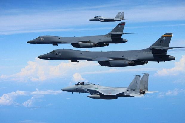 共同訓練する航空自衛隊のF15戦闘機(上と下)と米空軍のB1爆撃機(中央の2機)。自衛隊は「矛」の能力を持ちつつある(航空自衛隊提供)