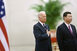 バイデン氏が米大統領に就任すると、中国の習近平国家主席(右)にはどう対峙するか。そのとき、日本はどう立ち振る舞えばいいのか(中国・北京で2011年8月、副大統領だったバイデン氏の訪中時)(Bloomberg)