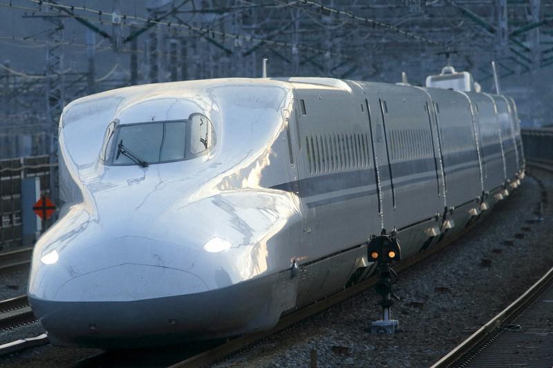 エアロ・ダブルウイングと呼ばれる複雑な曲面で構成する先頭部を持つN700系=広島県の山陽新幹線・三原駅で2016年6月14日、金盛正樹撮影