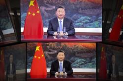 中国・上海で開かれた中国国際輸入博覧会のオープニングセレモニーで演説する習近平国家主席のテレビ映像=2020年11月4日、AP