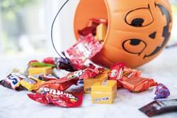 お菓子の配布は原則禁止された (Bloomberg)