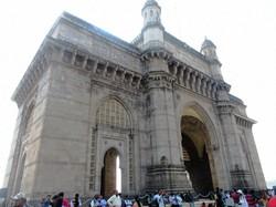 ムンバイのインド門。タージマハルホテルの正面に建つ(写真は筆者撮影)