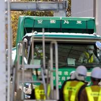 空間放射線量を測定するゲートをくぐり、最終処分場に入るトラック=福島県富岡町で2017年11月17日午前10時53分、喜屋武真之介撮影