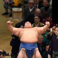 優勝した2016年初場所の千秋楽で、取り組み前に「琴バウアー」で観客を沸かせる琴奨菊=東京・両国国技館で2016年1月24日、内藤絵美撮影