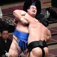 最後となった取組で、千代ノ皇(右)に寄り切りで敗れた琴奨菊=東京・両国国技館で2020年11月13日、竹内紀臣撮影