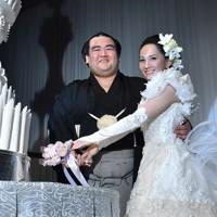 初優勝を決めた後に開かれた結婚式で、笑顔でケーキ入刀をする琴奨菊(左)と祐未夫人=東京都内のホテルで2016年1月30日、竹内幹撮影