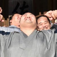 上体を大きく反らすルーティンのポーズをとる琴奨菊(中央)=千葉県松戸市で2016年1月25日、喜屋武真之介撮影