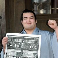 新入幕を果たし、初場所の番付を手に笑顔の琴奨菊=千葉県松戸市の佐渡ケ嶽部屋で2004年12月23日、井上俊樹撮影