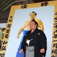 優勝額を前に、笑顔を見せる琴奨菊=東京・両国国技館で2016年5月7日、小川昌宏撮影