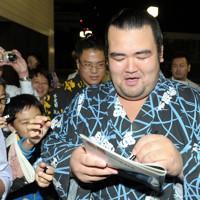 取組後、ファンに囲まれながら両国国技館を後にする琴奨菊=東京都墨田区で2011年9月24日、三浦博之撮影