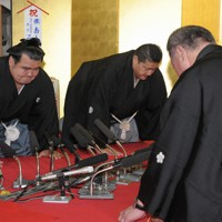 大関昇進の伝達式で口上を述べる琴奨菊(左端)=千葉県松戸市の佐渡ケ嶽部屋で2011年9月28日、三浦博之撮影