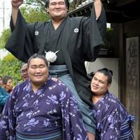 大関昇進の伝達式を終え、ファンを前に若手力士に担がれて笑顔を見せる琴奨菊=千葉県松戸市で2011年9月28日、三浦博之撮影