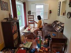 米CNNテレビにオンライン出演中のグレッチェン・ゴールドマンさん。ランニング用のパンツ姿で、室内は子供のおもちゃが散乱している=本人のツイッターより