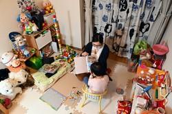 自宅で長女と過ごす元契約社員の女性=千葉県内で2020年11月6日、大西岳彦撮影