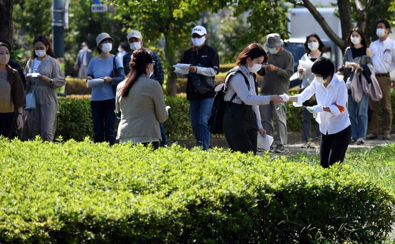 Orang-orang yang mengantri untuk undian tiket sidang pada persidangan pertama kasus Zama = Difoto oleh Kaho Kitayama pada pukul 10:10 pada tanggal 30 September 2020 di Pengadilan Distrik Tokyo Cabang Tachikawa di Kota Tachikawa, Tokyo.