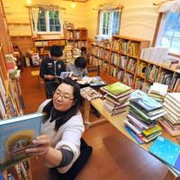 震災の津波で唯一の市立図書館が流された岩手県陸前高田市で、トレーラーハウスを使った図書館「ちいさいおうち」の開館準備が進んでいた=2011年11月19日午後2時24分、小松雄介撮影