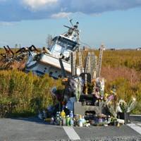 震災犠牲者の慰霊碑の周囲には今も打ち上げられた漁船やがれきが残る=福島県浪江町請戸で2013年11月19日午後2時41分、鯨岡秀紀撮影
