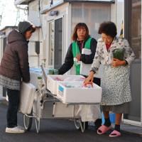 仮設住宅を回り、被災者の声に耳を傾ける支援員の女性たち=福島県相馬市で2012年11月20日午前9時53分、神保圭作撮影