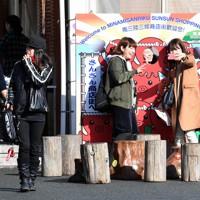 休日は全国からの客でにぎわう「さんさん商店街」=宮城県南三陸町で2016年11月20日午後0時33分、丸山博撮影