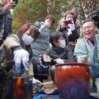 約35年ぶりに掘り起こしたタイムカプセルから思い出の品を取り出す双葉北小の卒業生たち=福島県双葉町で2019年11月22日午前11時16分、和田大典撮影