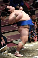 Former ozeki Kotoshogiku, who has decided to retire from professional sumo, is seen performing his signature move ahead of his bout on the sixth day of the November Grand Sumo Tournament at Tokyo's Ryogoku Kokugikan sumo venue, on Nov. 13, 2020. (Mainichi/Kimi Takeuchi)