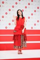 Singer milet, who will make her first appearance at the 71st Kohaku Uta Gassen singing contest, is seen waving at an event in Shibuya Ward, Tokyo, on Nov. 16, 2020. (Mainichi/Kota Yoshida)