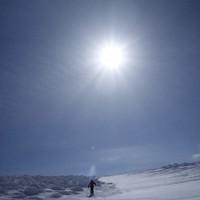 ダウラギリを前に、体力強化のための冬山訓練。福島県の安達太良山の近くを歩く仲間=2019年2月11日、藤原章生撮影