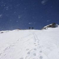 登山のための一番の体力づくりは毎週のように山に入ることと、私たちはこのころ行き続けていた。写真は強風の木曽・御嶽山(3067メートル)=2019年3月24日、藤原章生撮影