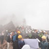 水蒸気に包まれた平成新山の山頂で、最近の火山動向を解説する気象庁の職員(手前中央)=長崎県の雲仙・普賢岳近くの平成新山で2020年11月17日午後0時18分、今野悠貴撮影