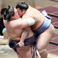 翔猿(右)をつり出しで降す照ノ富士=東京・両国国技館で2020年11月17日、宮武祐希撮影