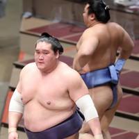 翔猿(右)をつり出しで降した照ノ富士=東京・両国国技館で2020年11月17日、宮武祐希撮影