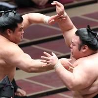 妙義龍(左)をはたき込みで降した貴景勝=東京・両国国技館で2020年11月17日、宮武祐希撮影