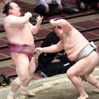 北勝富士(右)が宝富士を押し出しで降す=東京・両国国技館で2020年11月17日、宮武祐希撮影