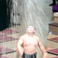 豊山との取り組み前、塩をまく照強=東京・両国国技館で2020年11月17日、宮武祐希撮影